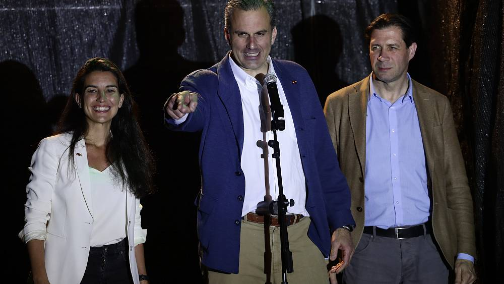 Diputado de extrema derecha español da positivo por coronavirus días después de una manifestación masiva 16