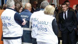 الرئيس الفرنسي إيمانويل ماكرون يحيي الطاقم الطبي أثناء مغادرته خدمات الطوارئ، بعد زيارة ركزت على تفشي فيروس كورونا 10/02/2020