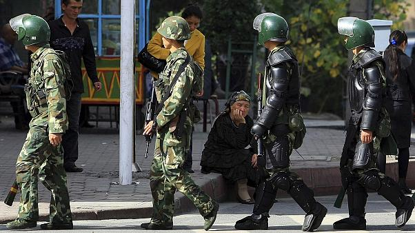 Doğu Türkistan'ın başkenti Urumçi'de devriye gezen Çinli paramiliter güçler