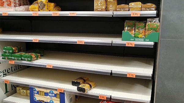 صفوف به هم فشرده مادریدیهای نگران از کرونا در سوپرمارکتها