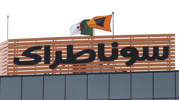 """خبير في مجال المحروقات: انهيار أسعار النفط ينبىء بوضع اقتصادي """"حرج"""" بالنسبة للجزائر"""