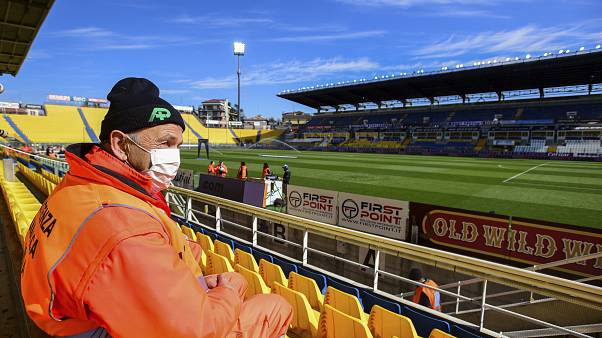 Футбол на карантине: в Европе отменяют матчи | Euronews