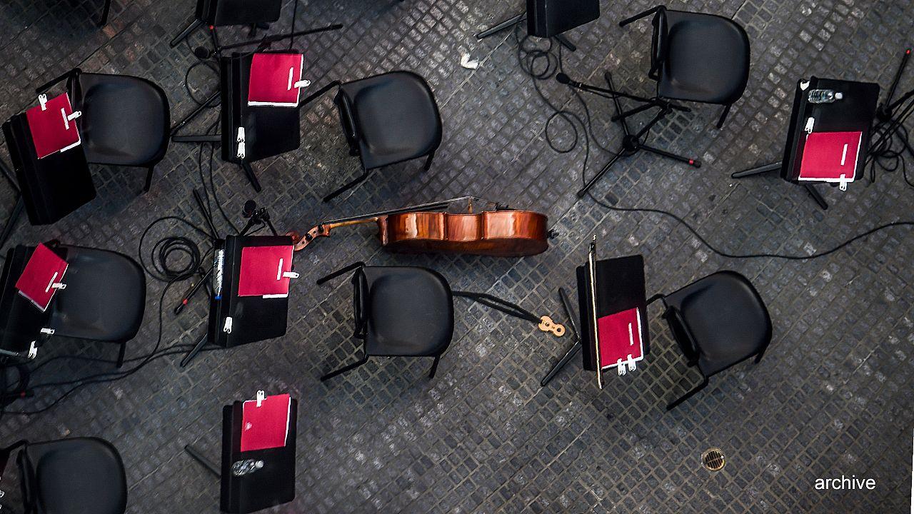 Image d'illustration - Un instrument au milieu de chaises vides lors d'un entracte à Caracas, le 20 décembre 2017