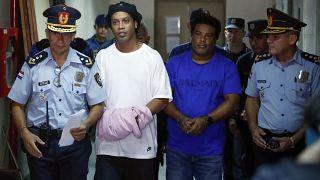 قضاء البارغواي يرفض طلب الإفراج بكفالة عن رونالدينيو وشقيقه