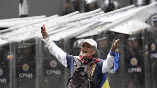 La primera gran movilización de Guaidó tras su regreso termina en un duelo en las calles de Caracas