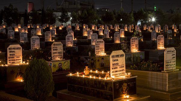 شموع على قبور أأشخاص قتلوا خلال الحرب السورية في بلدة القامشلي fشمال سوريا   31/10/2019