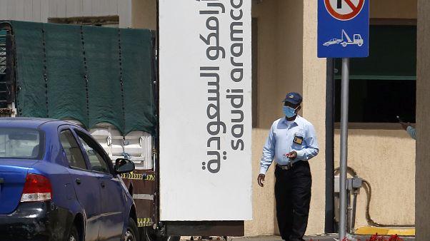 """رجل أمن يرتدي قناعا أثناء فحص السيارات التي تدخل مجمع """"أرامكو"""" السعودي في جدة بالمملكة العربية السعودية 09/03/2020"""