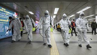 Des employés désinfectent le métro à Séoul en Corée du sud, le 11 mars 2020