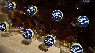 پاسخ سازمان جهانی بهداشت به ۵ سوال؛ نوشیدن الکل و دوش آب گرم از کرونا پیشگیری میکند؟