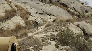 جندي سعودي يركض بين الجبال  على  الحدود السعودية مع اليمن في جازان