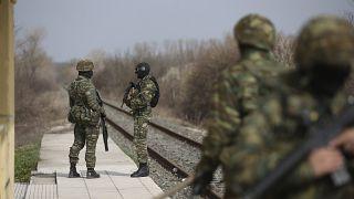 Des soldats de l'armée grecque patrouillent dans la gare de Kastanies, près de la frontière avec la Turquie, le 08 mars 2020