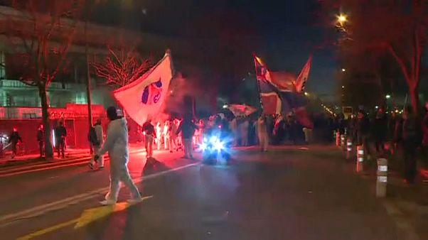 "شاهد: مشجعو باريس سان جيرمان يتحدون كورونا خارج ملعب ""بارك ديه برانس"""
