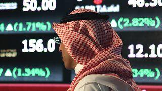 رجل سعودي داخل البورصة السعودية في العاصمة السعودية الرياض