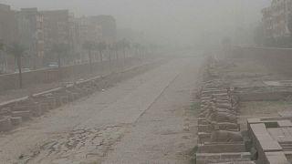 """شاهد: عاصفة """"التنين"""" تجتاح الأقصر وتغلق المطار والطرق الرئيسية"""