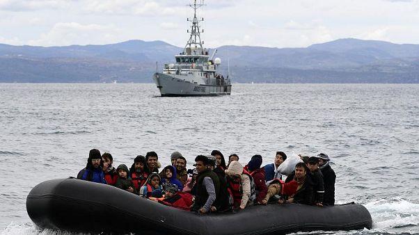 Migranten werden begleitet von Frontex an Land in Lesbos, Griechenland gebracht.