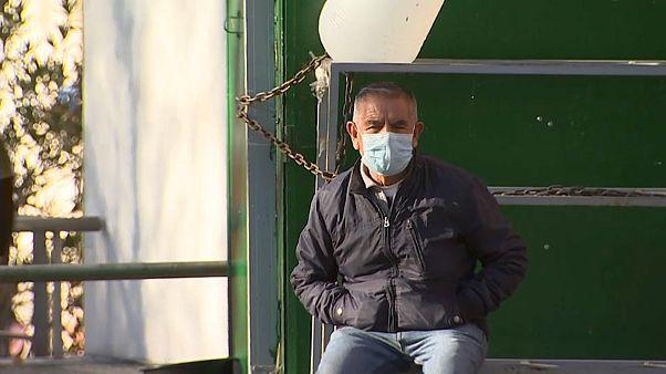 Una persona se protege con una máscara