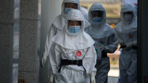 طاقم طبي بملابس واقية ضد فيروس كورونا المستجد (كوفيد-19) في مستشفى جامعة كيميونغ في كوريا الجنوبية. 12/03/2020