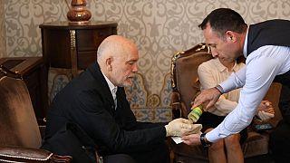 Amerikalı sinema oyuncusu, yönetmen ve yapımcı John Malkovich'e İBB ziyaretinde kolonya ikram edildi. Bu sırada Malkovich'in elinde eldiven vardı