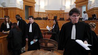 محامون فرنسيون في اليوم الأول لمحاكمة الجراح الفرنسي المتقاعد جويل لو سكارنيك في محكمة سانت غرب فرنسا  13/03/2020