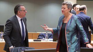 Ο αναπληρωτής Υπουργός Μετανάστευσης και Ασύλου της Ελλάδας Γιώργος Κουμουτσάκος με την Ευρωπαία Επίτροπο Εσωτερικών Υποθέσεων Ίλβα Γιόχανσον