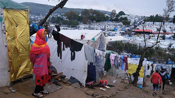 Midilli Adasında derme çatma kamplarda kalan bir göçmen