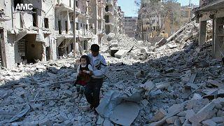 Halep'te yıkıntılar arasında bir çocuk