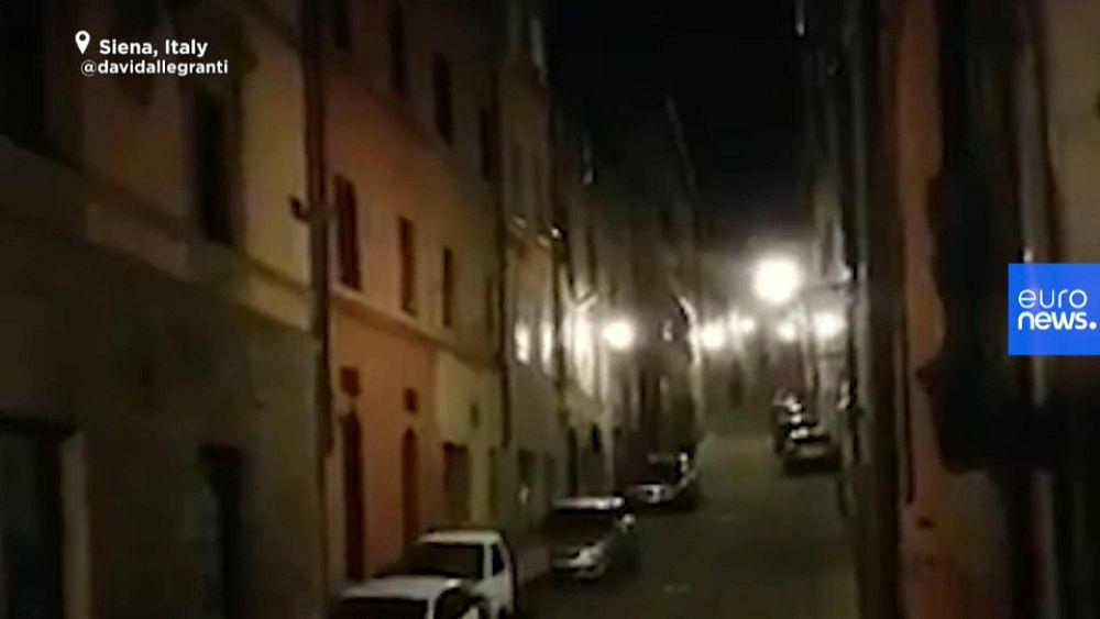 Mire: los italianos desafían el bloqueo del coronavirus llenando las calles de canciones 1