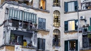 Italianos cantam à janela em dias de quarentena