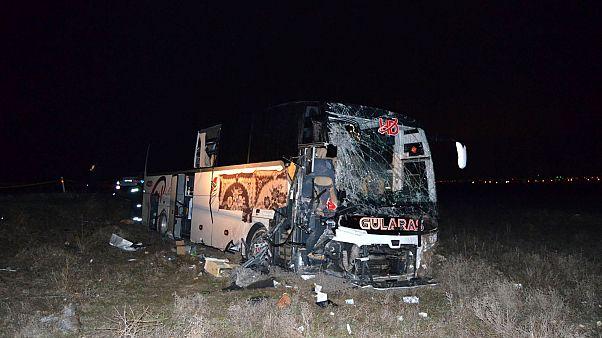 Aksaray'da tıra arkadan çarpan yolcu otobüsündeki 44 kişi yaralandı.