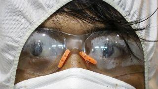 أحد العاملين في غوغل يلبس قناعا واقيا من فيروس كوفيد-19 في مدينة ماركينا في الفلبين. 13/03/2020