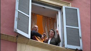 شاهد: سكان تورينو الإيطالية يحاربون كورونا بالغناء من الشرفات