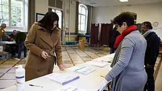 La sindaca uscente di Parigi e ricandidata, Anne Hidalgo, al voto (Photo by Eliot BLONDET / POOL / AFP)