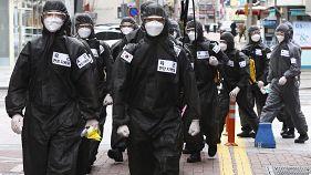جنود من القوات الكورية الجنوبية يلبسون بدلات واقية ومواد معقمة في مواجهة فيروس كورونا. 15/03/2020