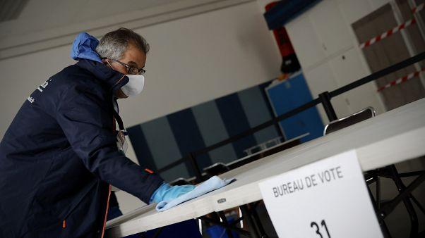 الانتخابات البلدية الفرنسية.. صناديق الاقتراع فتحت أبوابها بالرغم من التحذيرات بسبب كورونا