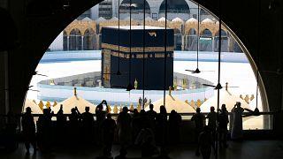 السعودية تدعو جميع القادمين من خارج المملكة الالتزام بالحجر المنزلي لمدة 14 يوما
