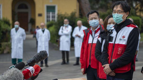 Koronavirüs ile mücadele icin İtalya'ya yardıma geen Çinli uzmanlar Roma'da bir hastanede basın toplantısı düzenledi