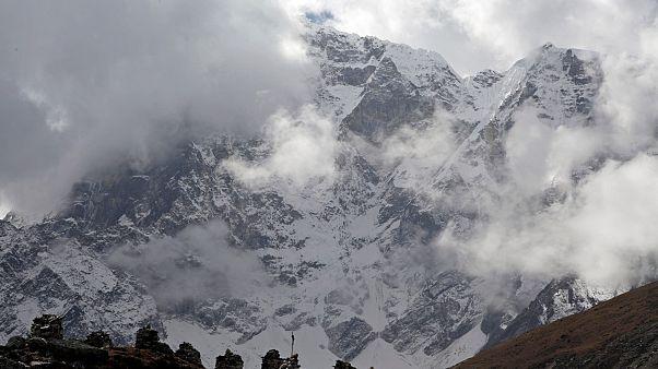Everest dağında mahsur kalan iki Türk kurtarıldı
