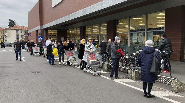 İtalya'da market önlerinde uzun kuyruklar