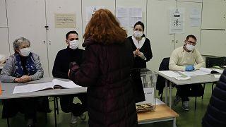 ماكرون يرد على منتقديه عدم إرجاء الانتخابات المحلية.. فرنسا ستتغلب على أزمة كورونا