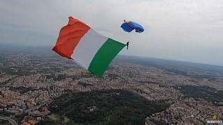 شاهد: الإيطاليون يد واحدة في مواجهة كورونا.. مظلي يحلق في سماء روما حاملاً علماً ضخما