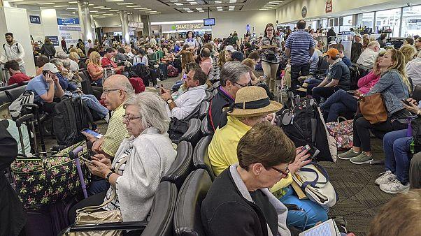 مطارات الولايات المتحدة تكتظ بسبب فحص المسافرين بسبب فيروس كورونا. 14/03/2020