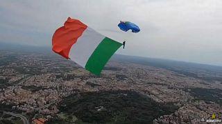 شاهد: علم إيطالي ضخم يحلق فوق سماء روما في مواجهة كورونا