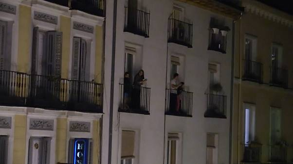 پایتختنشینان اسپانیا از بالکن خانهها پرسنل درمانی را تشویق کردند