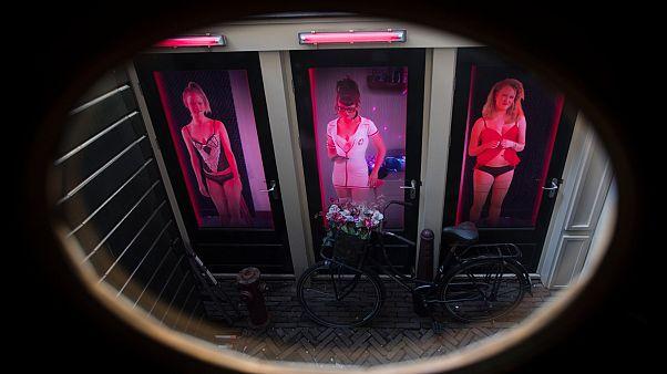 Amsterdam'da genelevlerin bulunduğu red light sokağı koronavirüs nedeniyle kapatıldı
