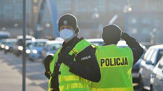 Policiers polonais contrôlant le trafic à la frontière germano-polonaise, le 14 mars 2020, avant que la Pologne ne ferme ses frontières aux voyageurs étrangers .
