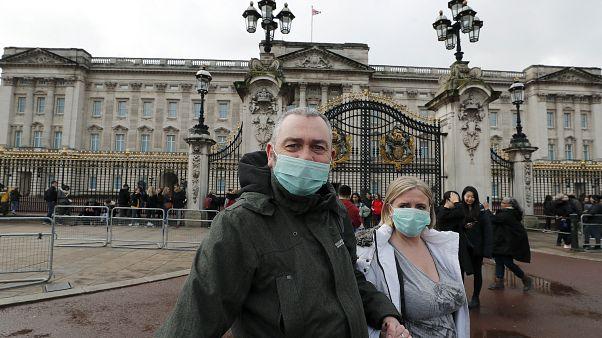 Londra'daki Buckingham Sarayı'nı gezenler
