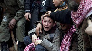 İdlib'de babası keskin nişancı ateşinde öldürülen Ahmet, cenaze töreninde göz yaşlarına boğuldu (arşiv)