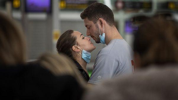 Casal conforta-se no aeroporto de Barcelona em plena crise do Covid-19