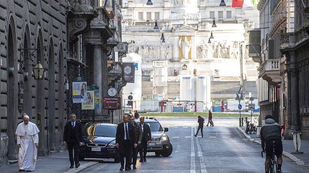 Papst Franziskus spaziert durch Rom und fleht Gott an