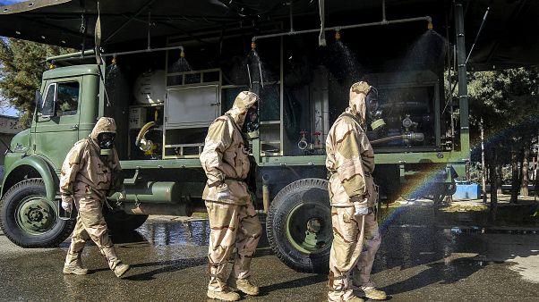 عناصر من الحرس الثوري الإيراني قبل البدء بتدريبات لمواجهة فيروس كورونا